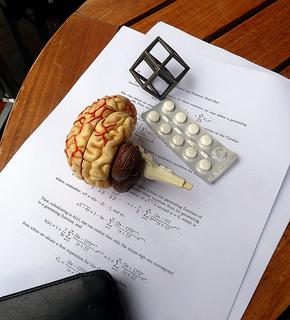 brain-paper-and-pills