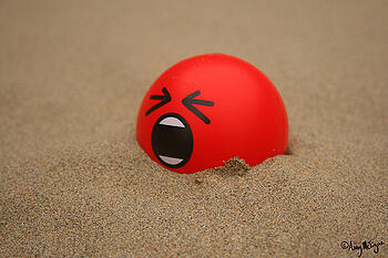 ballon-burried-in-dand